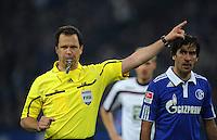 FUSSBALL   1. BUNDESLIGA   SAISON 2011/2012    9. SPIELTAG FC Schalke 04  - 1. FC Kaiserslautern                      15.10.2011 Schiedsrichter Peter SIPPEL (li) kritisch beaeugt von RAUL (re, Schalke)