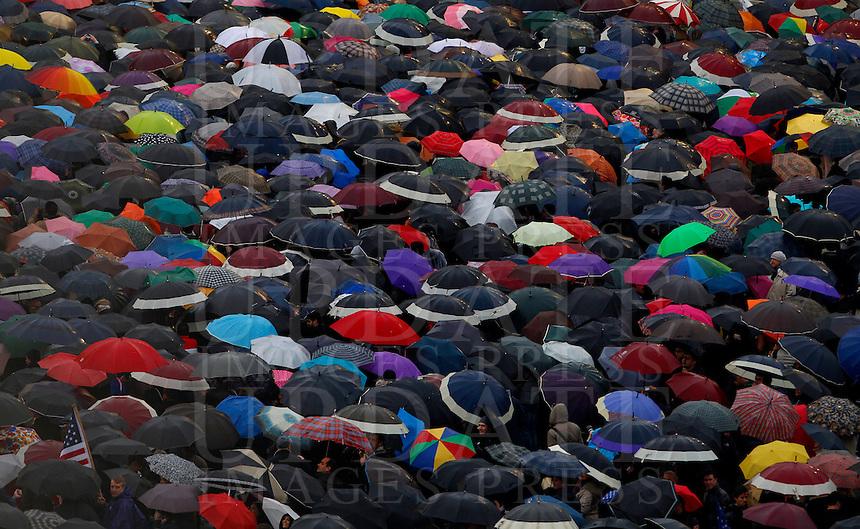 Folla di fedeli sotto gli ombrelli in Piazza San Pietro durante il secondo giorno del Conclave per l'elezione del nuovo Papa della Chiesa Cattolica Romana, Citta' del Vaticano, 13 marzo 2013. .Faithful take shelter under umbrellas as they gather Saint Peter Square during the second day of the Conclave for the election of the new Pope of the Roman Catholic Church, at the Vatican, 13 March 2013..UPDATE IMAGES PRESS/Isabella Bonotto.---STRICTLY EDITORIAL USE ONLY--- -STRICTLY FOR EDITORIAL USE ONLY-