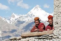 Moines gelupka (vertueux au bonnet jaune) du monastère de Karsha. Dans le lointain le mont Zim culmine à 5286 mètres d'altitude. Ladakh Himalaya Inde. Photo : Vibert / Actionreporter.com