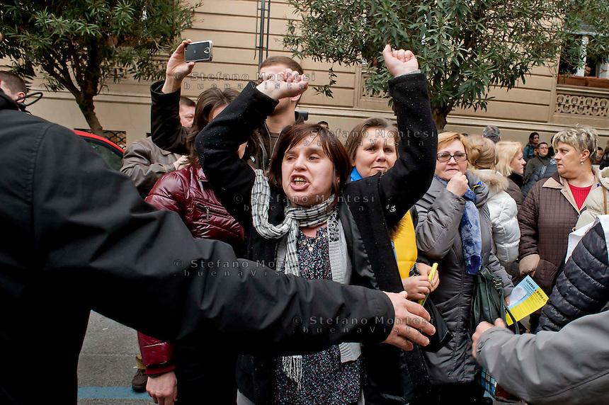 Roma 20 Febbraio 2014<br /> Manifestazione della comunit&agrave; ucraina davanti all' ambasciata dell'Ucraina  a Roma per le violenze contro i manifestanti anti-governativi  e contro la dittatura del presidente  Yanukovych.Una manifestante urla contro l'ambasciatore ucraino in Italia, Yevghen Perelygin, che &egrave; sceso sotto l'ambasciata  per incontrare cittadini ucraini.<br /> Rome 20 Febraury  2014<br /> Manifestation of the Ukrainian community in front of the 'Embassy of Ukraine in Rome for the violence against anti-government protesters and against the dictatorship of President Yanukovych .A demonstrator yells  against   the Ukrainian ambassador in Italy, Yevghen Perelygin, which fell below the embassy to meet with Ukrainian citizens .