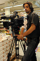 Lavoratori dello spettacolo durante la riprese di Casa Coop.Workers in the entertainment during the filming of House Coop.Gianni Giannelli. Direttore fotografia. Photography Director..CASA COOP è una sit-com, prodotta dalla Coop, sulla vita quotidiana di persone di varia umanità, ambientata in un condominio. Gli episodi saranno diffusi via internet.HOUSE COOP is a sit-com produced by the Coop, about daily life of people with different  humanity , that live in a condominium. Episodes will be disseminated by Internet. ...