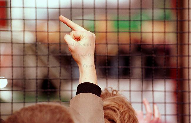 500 Mitglieder und Sympathiesanten der rechtsextremistischen NPD demonstrierten am Sonntag den 12. Maerz 2000 in Berlin anlaesslich des Jahrestages des Anschlusses Oesterreichs an Nazideutschland unter dem Motto: Wir sind ein Volk - Haende weg von Oesterreich. Verbote der Demonstration durch den Berliner Innensenat wurden von den Gerichten widerrufen. Einzige Auflagen fuer die NPD war der Verzicht auf Fahnen, Trommeln und kein Marsch durch das Brandenburger Tor. Mehr als 10.000 Menschen blockierten das Brandenburger Tor vor einer Polizeiabsperrung um einen Durchmarsch der Rechtsextremisten zu verhindern.<br /> Hier: Hilfloser Protest vor der Polizeiabsperrung<br /> 12.3.2000, Berlin<br /> Copyright: Christian-Ditsch.de<br /> [Inhaltsveraendernde Manipulation des Fotos nur nach ausdruecklicher Genehmigung des Fotografen. Vereinbarungen ueber Abtretung von Persoenlichkeitsrechten/Model Release der abgebildeten Person/Personen liegen nicht vor. NO MODEL RELEASE! Nur fuer Redaktionelle Zwecke. Don't publish without copyright Christian-Ditsch.de, Veroeffentlichung nur mit Fotografennennung, sowie gegen Honorar, MwSt. und Beleg. Konto: I N G - D i B a, IBAN DE58500105175400192269, BIC INGDDEFFXXX, Kontakt: post@christian-ditsch.de<br /> Bei der Bearbeitung der Dateiinformationen darf die Urheberkennzeichnung in den EXIF- und  IPTC-Daten nicht entfernt werden, diese sind in digitalen Medien nach &sect;95c UrhG rechtlich gesch&uuml;tzt. Der Urhebervermerk wird gemaess &sect;13 UrhG verlangt.]