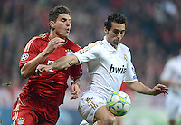 FUSSBALL   CHAMPIONS LEAGUE  HALBFFINAL HINSPIEL   2011/2012      FC Bayern Muenchen -Real Madrid          17.04.2012 Mario Gomez (li, FC Bayern Muenchen) gegen Alvaro Arbeloa (Real Madrid)