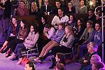 Foto: VidiPhoto<br /> <br /> DOORN - De stichting Jij daar! is in Doorn donderdag 8 januari met een compleet vernieuwde jongerenavond gestart. Er is afgestapt van het bekende concept met een spreker, maar de avond kent nu een gast die op een interactieve wijze door zowel de gastheer als de bezoekers in de zaal bevraagd wordt. De eerste avond stond vooral in het teken van de introductie van de nieuwe wijze van presenteren. De stichting heeft een nieuw onderkomen gevonden in de Maartenskerk in het centrum van Doorn, met meer en betere parkeerplaatsen. In drie blokken van ruim tien minuten gaat gastheer Koos de Jong samen met de zaal het gesprek aan met een gast, van wie de naam vooraf niet bekend wordt gemaakt. Ook de zaal en de kijkers thuis kunnen reageren cq vragen stellen, direct of via interactieve media. Tussendoor komen er nu optredens van een christelijke muzikant/zanger en heeft een zogenoemde sidekick zijn inbreng met informatieve beelden die christenen wat te zeggen hebben.