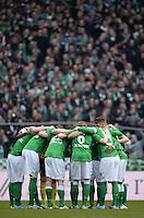 FUSSBALL   1. BUNDESLIGA   SAISON 2012/2013    28. SPIELTAG SV Werder Bremen - FC Schalke 04                          06.04.2013 Bremer Spieler bilden einen Spielerkreis