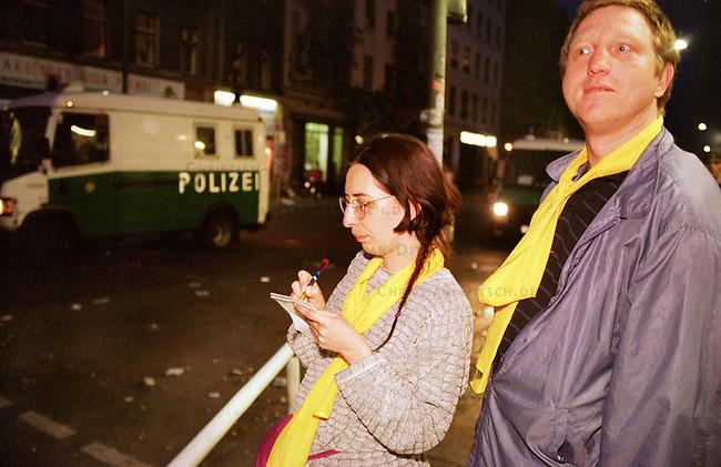 Mehr als 10.000 Menschen kamen zur sogenannten Revolutionaeren 1. Mai-Demonstration nach Berlin-Kreuzberg.<br /> Hier: Neutrale Beobachter, gekennzeichnet durch einen gelben Schal, dokumentieren den Polizeieinsatz.<br /> 1.5.2000, Berlin<br /> Copyright: Christian-Ditsch.de<br /> [Inhaltsveraendernde Manipulation des Fotos nur nach ausdruecklicher Genehmigung des Fotografen. Vereinbarungen ueber Abtretung von Persoenlichkeitsrechten/Model Release der abgebildeten Person/Personen liegen nicht vor. NO MODEL RELEASE! Nur fuer Redaktionelle Zwecke. Don't publish without copyright Christian-Ditsch.de, Veroeffentlichung nur mit Fotografennennung, sowie gegen Honorar, MwSt. und Beleg. Konto: I N G - D i B a, IBAN DE58500105175400192269, BIC INGDDEFFXXX, Kontakt: post@christian-ditsch.de<br /> Bei der Bearbeitung der Dateiinformationen darf die Urheberkennzeichnung in den EXIF- und  IPTC-Daten nicht entfernt werden, diese sind in digitalen Medien nach &sect;95c UrhG rechtlich gesch&uuml;tzt. Der Urhebervermerk wird gemaess &sect;13 UrhG verlangt.]
