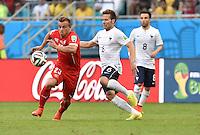 FUSSBALL WM 2014  VORRUNDE    GRUPPE E     Schweiz - Frankreich                   20.06.2014 Xherdan Shaqiri (li, Schweiz) gegen Yohan Cabaye (re, Frankreich)