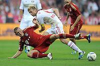 FUSSBALL   1. BUNDESLIGA  SAISON 2011/2012   7. Spieltag FC Bayern Muenchen - Bayer 04 Leverkusen          24.09.2011 Simon Rolfes (re, Bayer 04 Leverkusen) gegen Bastian Schweinsteiger (FC Bayern Muenchen)