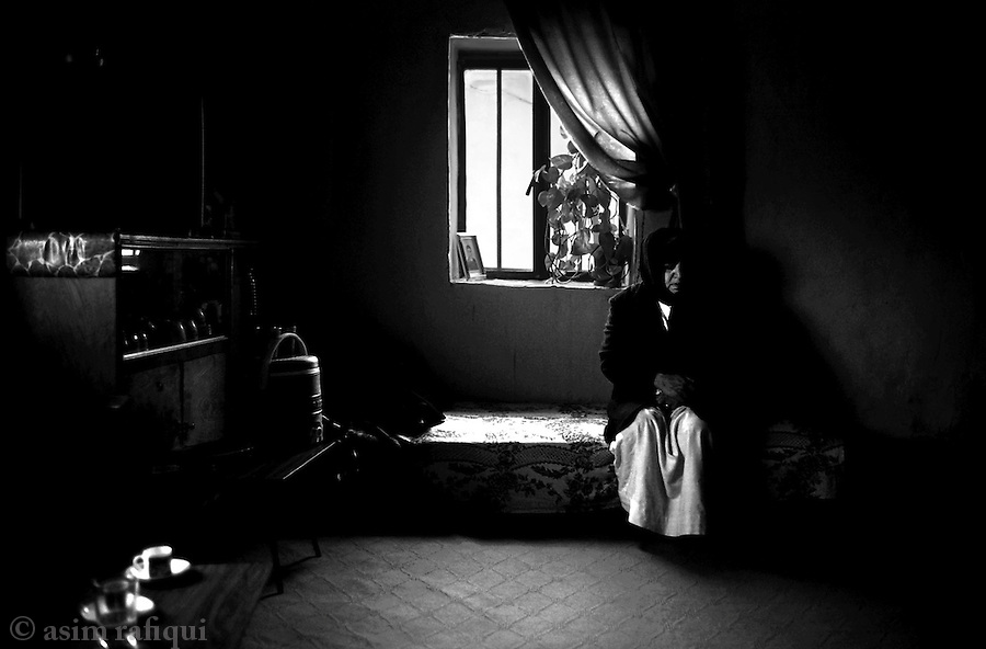 balgani, northern iraq, janaury 2005: khanna hamood, mother of Sami Eshu Khoshaba who was killed by islamic insurgents on October 20th 2004, mourns her sons death.  the loss of the main breadwinner has had a devastating economic and emotional impact on her and the family<br />