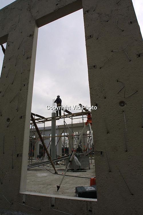 Foto: VidiPhoto..KAMPEN - De gemeente Kampen bouwt op dit moment, als gevolg van de fusie met IJsselmuiden, aan een gloednieuw en ultra modern stadhuis van 40 miljoen gulden. Bijzonder zijn de ronde vormen die overal in het gebouw terugkomen, de kostbare koelplafonds en de brede gangen (ruim 5 meter) die tevens als werkplek kunnen dienen. Volgend jaar om deze tijd moet het stadhuis klaar zijn.
