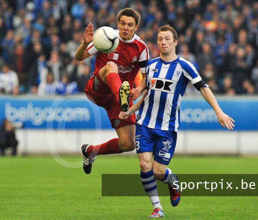 AA Gent - KV Kortrijk : David Wijns aan de bal voor Bruls.foto DAVID CATRY / BART VANDENBROUCKE / VDB