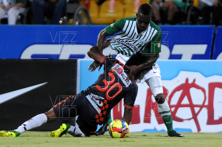 MEDELLIN - COLOMBIA-27-10-2013: Rodin Quiñonez (Der) jugador del Atletico Nacional disputa el balón con Elvis Perlaza (Izq.) jugador de Boyaca Chico F.C. durante partido en el estadio Atanasio Girardot de la ciudad de Medellin, octubre 27 de 2013. Atletico Nacional y Boyaca Chico F.C. durante partido por la decimosexta fecha de la de la Liga Postobon II. (Foto: VizzorImage / Luis Rios / Str).  Rodin Quiñonez (R) player of Atletico Nacional vies for the ball with Elvis Perlaza (L) player of Boyaca Chico F.C. during a match at the Atanasio Girardot Stadium in Medellin city, October 27, 2013. Atletico Nacional and Boyaca Chico F.C. during a match for the sixteenth round of the Postobon II League. (Photo: VizzorImage / Luis Rios / Str).