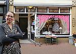 Foto: VidiPhoto<br /> <br /> KAMPEN - Winkeliers in de Geerstraat in Kampen hebben nog steeds last van de crisis. Foto: Cathy van Zanten van De Winkel van Kaatje.