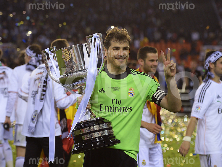 FUSSBALL  INTERNATIONAL Copa del Rey FINALE  2013/2014    FC Barcelona - Real Madrid            16.04.2014 Torwart Iker Casillas (Real Madrid) jubelt mit Pokal
