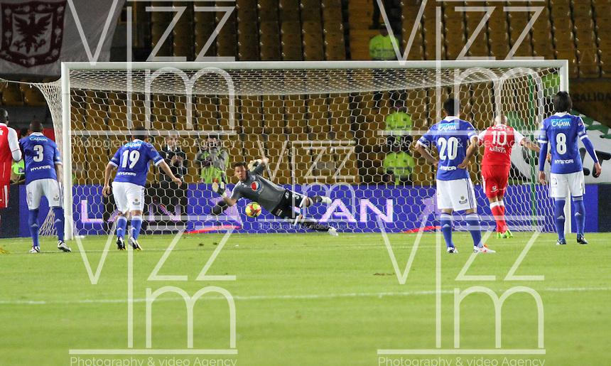 BOGOTA - COLOMBIA - 19  -06 -2013: Omar P&eacute;rez  jugador de Santa Fe patea de  gol contra Millonarios   durante partido en el estadio Nemesio Camacho El Camp&iacute;n   de la ciudad de Bogot&aacute; , junio 19  de 2013. partido correspondiente a la segunda fecha de  los cuadrangulares semifinales F 1  de la Liga Postobon I. (Foto: VizzorImage / Felipe Caicedo / Staff). BOGOTA - COLOMBIA - 19 -06 -2013: Omar P&eacute;rez Santa Fe player kicks for goal against Millionaire game at the stadium Nemesio Camacho El Campin in Bogota, June 19, 2013. game for the second date of the quadrangular semifinals F 1 Postobon League I.<br /> VizzorImage / Felipe Caicedo / Staff