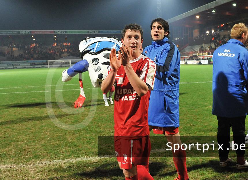 KV Kortrijk - KRC Genk : Brecht Dejaegere en Pablo Chavarria bedanken het publiek.foto VDB / BART VANDENBROUCKE