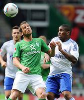 FUSSBALL   1. BUNDESLIGA   SAISON 2011/2012   34. SPIELTAG SV Werder Bremen - FC Schalke 04                       05.05.2012 Lukas Schmitz (li, SV Werder Bremen) gegen Jefferson Farfan (re, FC Schalke 04)
