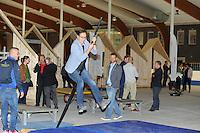 FRYSKE SPORTEN: LEEUWARDEN: 16-09-2015, Elfstedenhal, Fryske sport yn dyn klasse van start, groepsleerkrachten en directie van het basisonderwijs en buurtsportcoaches/vakleerkrachten waren uitgenodigd voor deze speciale gelegenheid, directeur Elfstedenijshal Johan van der Kooi in actie bij het onderdeel fierljeppen, ©foto Martin de Jong