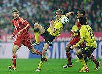 Fussball Bundesliga Saison 2011/2012 13. Spieltag FC Bayern Muenchen - Borussia Dortmund V.l.: Thomas MUELLER (FCB), Sven BENDER (BVB), Luiz GUSTAVO (FCB), Shinji KAGAWA (BVB).