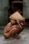 00018_17, INDONESIA-10005NF3, Children taking cover during monsoon rains, Indonesia, 1984<br />