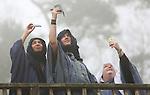 Foto: VidiPhoto<br /> <br /> HEILIG LANDSTICHTING - Oosterse bedoeinenvrouwen deden vrijdag een poging in museumpark Ori&euml;ntalis in Heilig Landstichting bij Nijmegen een vergeefse poging om een glimp op te vangen van de eclips. Het museum is inmiddels weer open voor het publiek. Aan alles was gedacht: kijken via een mobieltje in de selfiestand en een ouderwets fotorolletje als utlieme bescherming tegen de zon. Alles tevergeefs. Door de hardnekkige mist liet de zon met bijbehorende verduistering zich niet zien. Gedeelde smart is halve smart. In heel de rest van Nederland was de zon door de dikke bewolking vrijwel niet te zien en moesten tienduizenden 'zonnekijkers' teleurgesteld afdruipen.