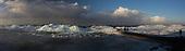 Kruiend ijs IJsselmeer bij Hindeloopen   Drifting Ice