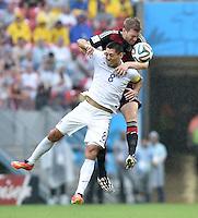 FUSSBALL WM 2014  VORRUNDE    GRUPPE G USA - Deutschland                  26.06.2014 Clint Dempsey (vorn, USA) gegen Per Mertesacker (hinten, Deutschland)