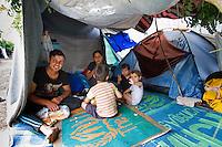 SERBIEN, 08.2016, Kelebija. Internationale Fluechtlingskrise: An der mit Zaeunen abgesperrten ungarischen Grenze stauen sich Fluechtlinge und Migranten. Sie bitten meist vergebens um Einlass in die  Asyl- und Transitzonen (blaue Container). So haben sich auf serbischer Seite provisorische Lager mit sehr schlechten Bedingungen gebildet. | International refugee crisis: Refugees and migrants have been piling up at the fenced-off Hungarian border. They are waiting for entrance into the asylum and transit zones (blue containers), mostly in vain. Thus provisional camps have emerged on the Serbian side with very bad conditions. In the picture Sarkad Kere,Kolestan Kalo,Sarkadl Sarkad,Slfana Sarkad &eacute;s Slfer Sarkad.<br /> &copy; Szilard V&ouml;r&ouml;s/EST&amp;OST