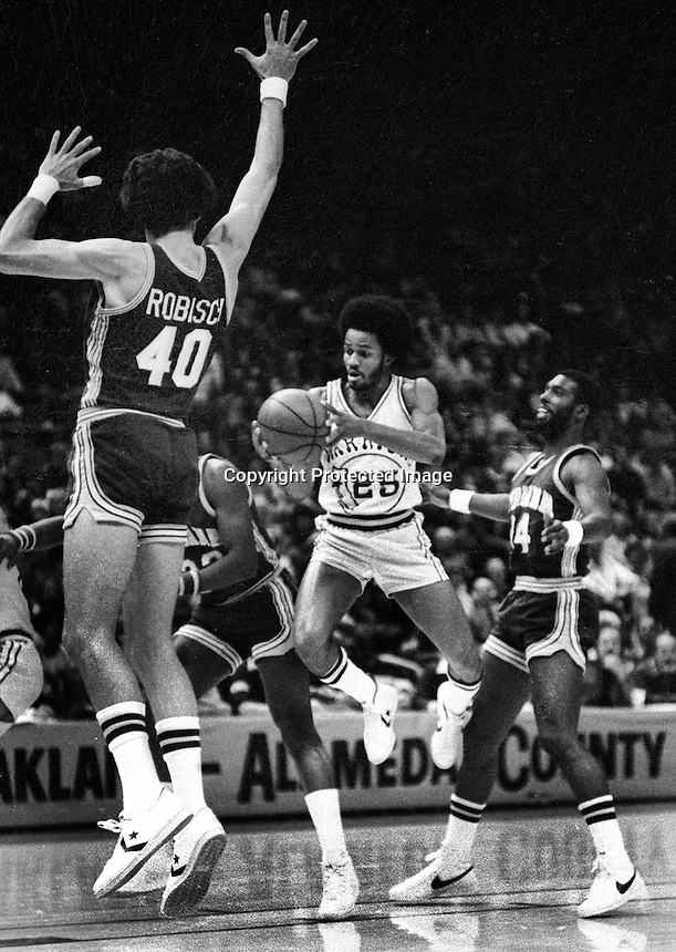Golden State Warrior Rickey Green against the Indiana Pacers James Edwards and Rickey Sobers..                          (1977 photo/Ron Riesterer)