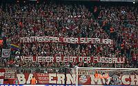 FUSSBALL CHAMPIONS LEAGUE  SAISON 2015/2016 VIERTELFINALE HINSPIEL FC Bayern Muenchen - Benfica Lissabon         05.04.2016 Fans vom FC Bayern hissen ein Banner mit der Aufschrift: MONTAGSSPIEL ODER SUPERLIGA: VERLIERER BLEIBT DER FUSSBALL!