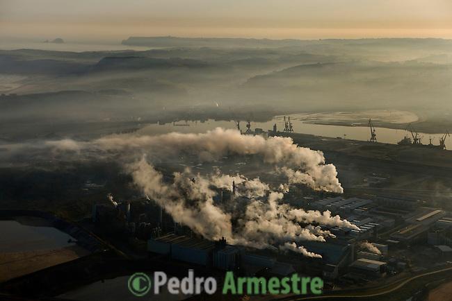 EN PRIMER PLANO: PUERTO DE AVILES Y PAISAJE NATURAL DE CABO PEÑAS (GOZON). PRINCIPADO DE ASTURIAS. 2008-04-15. (C) Pedro ARMESTRE
