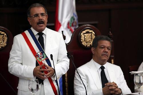 Presidentes Danilo Medina (de pie) y Leonel Fernández.