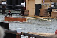 ALGEMEEN: STAVOREN: 08-05-2014, Officiële opening Sluis Stavoren 080514, Koning Willem Alexander opende met een symbolische sleutel de sluisdeur en voer met een boot de sluis binnen, Friese Troubadour Doede Bleeker vertolkte in het theaterstuk een rol als 'oud sluiswachter', ©foto Martin de Jong
