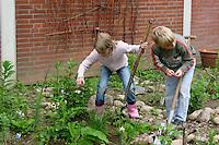 Schulgarten, Anlage eines Schmetterlingsgarten, Garten der Grundschule Nusse wird als Projektarbeit von einer 1. Klasse gestaltet, Kinder bei der Beetpflege, Gartenarbeit