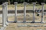Foto: VidiPhoto<br /> <br /> KOS - Terwijl Griekenland op de rand van de economische afgrond balanceert, laten toeristen zich niet weerhouden door te genieten van zon, zee strand en kunst en cultuur, zoals hier bij het Asklepieion van het Griekse eiland Kos. Het is de belangrijkste archeologische plaats op het eiland. Het antieke sanatorium ligt bijna 4 km in zuidwestelijke richting, buiten de huidige eilandhoofdstad en is door de Duitse archeoloog Rudolf Herzog ontdekt en blootgelegd. Het Eiland Kos staat bekend als de geboorteplaats van Hippocrates, de &quot;Vader van de Geneeskunde&quot;. Hippocrates leefde rond 460 voor Christus. Tot op de dag van vandaag wordt door artsen de eed van Hippocrates afgelegd. Het Asklepieion was het beste en tevens het bekendste ziekenhuis uit die tijd.Het Asklepieion bestaat uit drie grote terrassen die met elkaar in verbinding staan door middel van zeer brede trappen. Ook bij musea en archeologische vindplaatsen moeten entreebewijzen contant  afgerekend worden om zo de belastingen te kunnen ontduiken. Volgens schattingen betaalt minder dan de helft van de Griekse bevolking belasting en dan ook nog maar over een klein deel van het inkomen.