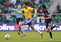 FUSSBALL   INTERNATIONAL   Testspiel    Japan - Brasilien          16.10.2012 KAKA (li, Brasilien) gegen Makoto HASEBE (Japan)