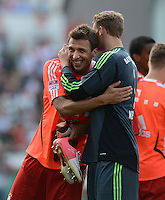 Fussball 1. Bundesliga :  Saison   2012/2013   1. Spieltag  25.08.2012 SpVgg Greuther Fuerth - FC Bayern Muenchen Mario Mandzukic mit Torwart Manuel Neuer (v. li., FC Bayern Muenchen)