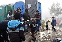 GRIECHENLAND, 08.03.2016, Idomeni. Internationale Fluechtlingskrise auf der Balkanroute: Fluechtlinge und Migranten sind in provisorischen Zeltlagern gefangen vor der geschlossenen Grenze zu Mazedonien. Toiletten. | International refugee crisis on the Balkan route: Refugees and migrants are trapped in makeshift tent-camps on the closed border to Macedonia. Toilets.<br /> &copy; Tomislav Georgiev/EST&amp;OST
