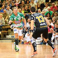 links Lars Kaufmann (FAG) am Ball, rechts Filip Gavranovic (Pfadi)