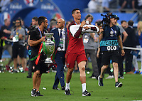 FUSSBALL EURO 2016 FINALE IN PARIS  Portugal - Frankreich          10.07.2016 Nike Marketing Manager Portugal, Ricardo Requfe (li) haelt Cristiano Ronaldo (re, Portugal) den EM Pokal
