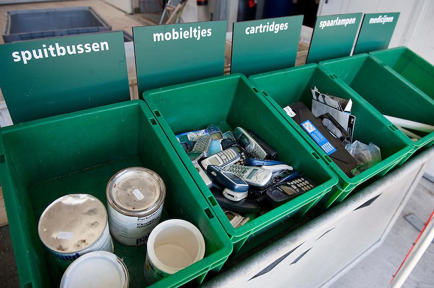 Nederland, Almere, 24  april 2010.Afval perron. Milieustraat..In Almere is een zeer mooie milieustraat voor het inleveren van allerlei soorten afval..Gescheiden afval inzameling..Bak voor inktpatronen van printers, cartridges, spuitbussen, oude mobieltjes.Foto (c)  Michiel Wijnbergh