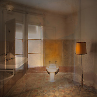 Femen&iacute; Singular<br /> <br /> Els porticons badats del balc&oacute; clos<br /> els vidres que travessa la claror,<br /> el lavabo i el bidet de porcellana,<br /> les aixetes tancades per la m&agrave; del temps,<br /> el llum de peu, la pantalla color d'ambre,<br /> les rajoles tena&ccedil;ment entreteixint-se,<br /> enlla&ccedil;ant-se en un dibuix que es multiplica,<br /> en una xarxa imm&ograve;bil<br /> que ja no atreu ni passos ni mirades.<br /> <br /> Ja res no trenca aquesta letargia dels objectes<br /> que evoca els somnis dels qui els van construir,<br /> dels qui se'n van servir i se'n van desprendre;<br /> tan sols el tacte de la pols i de la llum,<br /> la lentitud d'un escenari sense int&egrave;rprets<br /> que va envellint sota el pes de tanta abs&egrave;ncia.<br /> <br /> Carles Duarte i Montserrat