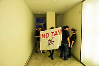 Roma 1 Marzo 2012.Un gruppo di No Tav occupa la sede nazionale  del Partito Democratico per chiedere la  liberazione degli arrestati e che sul sito del Partito Democratico  venga pubblicato un loro comunicato.