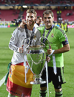 FUSSBALL  CHAMPIONS LEAGUE  FINALE  SAISON 2013/2014  24.05.2013 Real Madrid - Atletico Madrid JUBEL Real Madrid; Torwart Iker Casillas (re) und Sergio Ramos mit Pokal