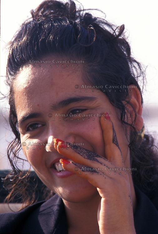 Tunisia, citt&agrave; di Kairouan, ritratto di ragazza tunisina con tatuaggio all'henn&eacute; sulle mani.<br /> Tunisia, the city of Kairouan, portrait of Tunisian girl showing henna tattoo on her hands.