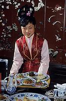 Asie/Chine/Jiangsu/Env Nankin/Yangzhou&nbsp;: H&ocirc;tel de Yangzhou - Chinoise servant des plats au restaurant du &quot;R&ecirc;ve du Pavillon Rouge&quot;<br /> PHOTO D'ARCHIVES // ARCHIVAL IMAGES<br /> CHINE 1990