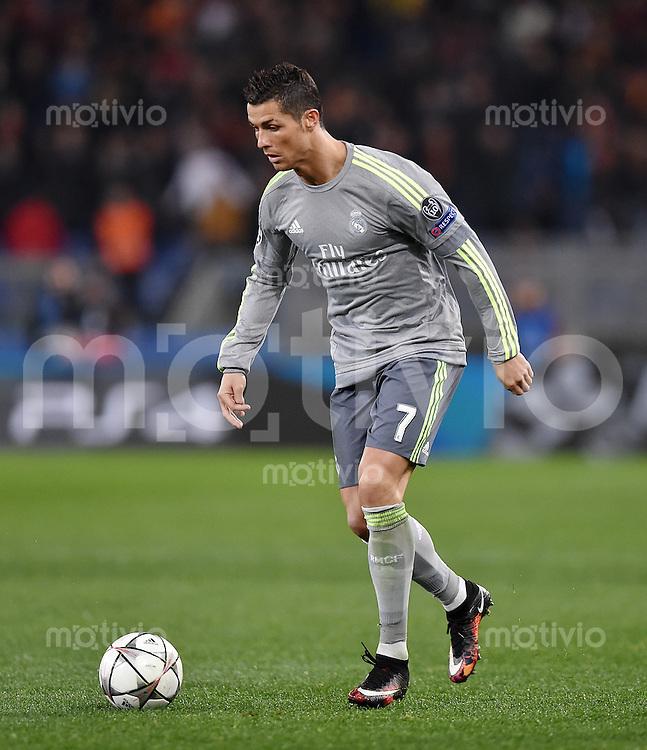 FUSSBALL CHAMPIONS LEAGUE  SAISON 2015/2016 ACHTELFINAL HINSPIEL AS Rom - Real Madrid                 17.02.2016 Cristiano Ronaldo (Real Madrid) am Ball