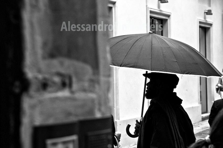 Lecce - Cortili aperti 2011 - Venditori occasionali di ombrelli.
