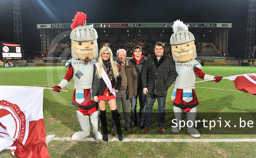 KV Kortrijk - OH Leuven : finaliste miss flanders shopping Fleur De Buck samen met matchbalschenker Gevimar .foto VDB / BART VANDENBROUCKE
