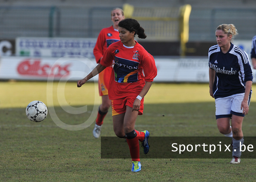 Rassing Harelbeke  - Oud Heverlee Leuven OHL : Kimberley Obasogie aan de bal voor Davina Callens.Foto David Catry / vrouwenteam.be / loft6.be